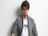 Sonu Nigam dresses up as cleaner